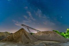 Milkyway sobre un puente del transportador - nightshot del longexposure fotos de archivo libres de regalías