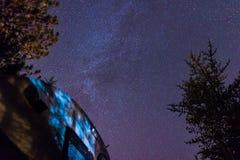 Milkyway sopra il punto di campeggio Immagine Stock Libera da Diritti