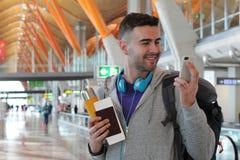Millénaire moderne utilisant WiFi à l'aéroport Image libre de droits