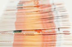 Millón de rublos rusas El concepto de riqueza, de beneficios, de negocio y de finanzas Dinero de la pila en los cinco milésimos b imagen de archivo libre de regalías