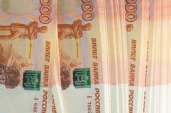 Millón de rublos rusas El concepto de riqueza, de beneficios, de negocio y de finanzas Dinero de la pila en los cinco milésimos b fotos de archivo