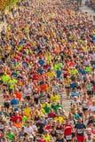 Millares de corredores que participan foto de archivo libre de regalías