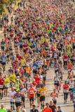 Millares de corredores que participan fotos de archivo