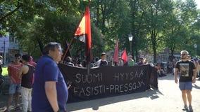 Millares de gente en las calles a protestar contra el triunfo y la cumbre de Putin en Helsinki, Finlandia metrajes