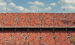 Millares de gente vestida en naranja Foto de archivo