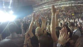 Millares de individuos jovenes que aplauden a la banda preferida, cantante, músico después de la demostración almacen de metraje de vídeo