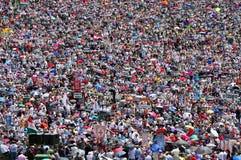 Millares de peregrinos católicos que ruegan en el aire libre durante el th Imagen de archivo libre de regalías