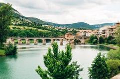 Millau på floden Tarn, i sydliga Frankrike Arkivfoton