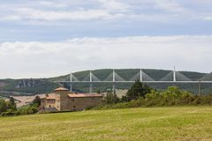 Millau-Viadukt auf dem Fluss Tarn im Süden von Frankreich Stockbilder