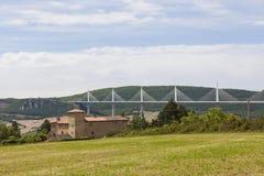 Millau viadukt på floden Tarn i söderna av Frankrike arkivbilder