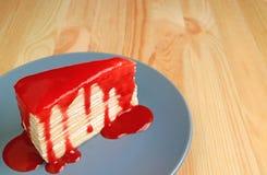 Mille Crepe Cake con la salsa del lampone sul piatto blu servito sulla Tabella di legno con spazio libero per testo Immagini Stock