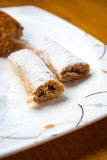 Mille Feuille酥皮点心用在板材的搽粉的糖 免版税库存照片