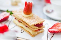 Mille feuille,分层堆积用草莓和被鞭打的油酥点心 免版税库存图片