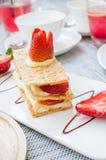 Mille feuille,分层堆积用草莓和被鞭打的油酥点心 库存图片