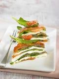 Mille-feuille d'épinards, de saumons, de tomate et de mozzarella Image libre de droits