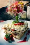 Mille-feuille em uma tabela do serviço na terra do restaurante do verão Imagem de Stock