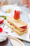 Mille feuille, gelaagd met aardbeien en geranseld bladerdeeg stock foto's