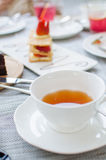 Mille feuille, gelaagd met aardbeien en geranseld bladerdeeg royalty-vrije stock afbeeldingen