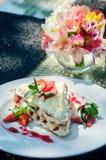 Mille -mille-feuille op een dienende lijst aangaande de grond van het de zomerrestaurant stock afbeeldingen