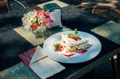Mille -mille-feuille op een dienende lijst aangaande de grond van het de zomerrestaurant royalty-vrije stock afbeeldingen