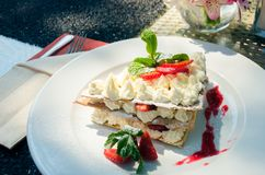 Mille-feuille på en portiontabell på sommarrestaurangjordningen fotografering för bildbyråer
