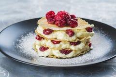 Mille-feuilles avec de la crème et des cramberries Image stock