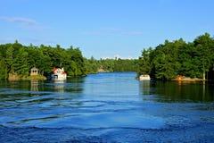 Mille isole durante l'estate con il cottage e la barca, Ontario, Canada fotografie stock libere da diritti