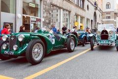 Mille Miglia historique 1000 milles de course de voiture dans la ville de Brescia, Italie Voitures démodées d'Aston Martin et de  photographie stock