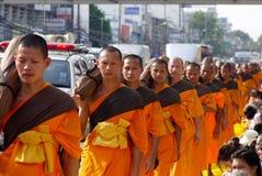 Mille monaci da Wat Phra Dhammakaya Immagini Stock Libere da Diritti