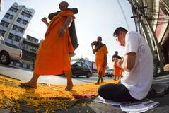 Mille monaci da Wat Phra Dhammakaya Immagine Stock