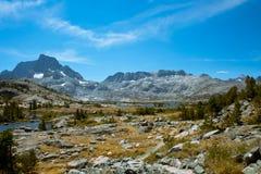 Mille picchi del lago e dell'insegna island su John Muir Trail Immagini Stock Libere da Diritti