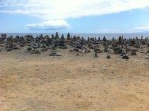 Mille pils della pietra che esaminano mare Immagini Stock