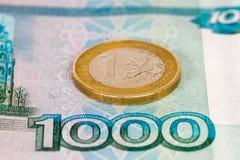 Mille rubli di banconota con un euro Fotografie Stock