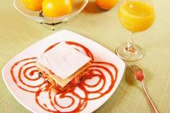 Millefeuille - dessert met verse bessen stock fotografie