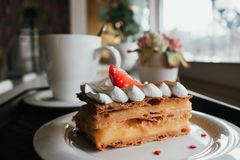 Millefeuille Napoleon met koffie in koffie Uitstekend dessert met verse bessen op witte achtergrond Franse Vanilleframboos royalty-vrije stock afbeeldingen