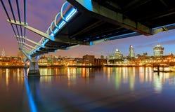 Milleniumbro i London, England Arkivbild