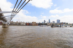 Milleniumbro och moderna glasade kontorsbyggnader, London, Förenade kungariket Arkivbild