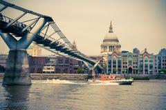 Milleniumbro och St Paul i London Fotografering för Bildbyråer