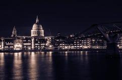 Milleniumbro som ses från Tate Modern. Sts Paul domkyrka Arkivbilder