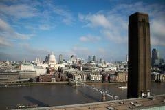 Milleniumbro, St Pauls Cathedral och staden från Tate Modern utkik royaltyfria foton