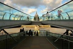 Milleniumbron som är bekant som den London milleniumspången Arkivbild