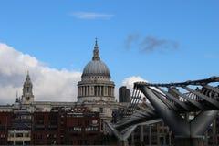 Milleniumbron till Sts Paul domkyrka Royaltyfri Bild