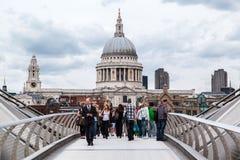 Milleniummen överbryggar St Paul London Arkivfoto