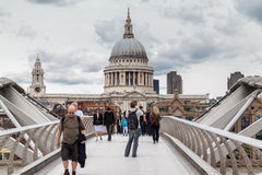 Milleniummen överbryggar St Paul London Royaltyfria Bilder