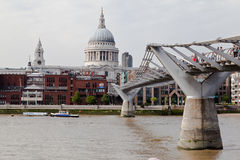 Milleniummen överbryggar St Paul London Arkivfoton