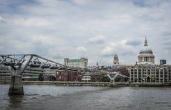 Milleniumspång över Themsen med domkyrkan för St PaulÂs, London, England Royaltyfria Bilder