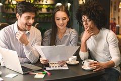 Millennial biznes dru?yny czytania kontrakt w kawiarni obrazy royalty free