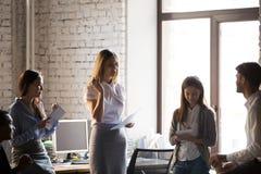 Millennial bizneswomanu chwyta spotkanie z kolegami w biurze obraz stock