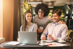 Millennial commercieel team die ideeën voor project in koffie bespreken stock foto