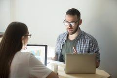 Millennial coworkers brainstorming dyskutujący firm strategie Zdjęcia Stock
